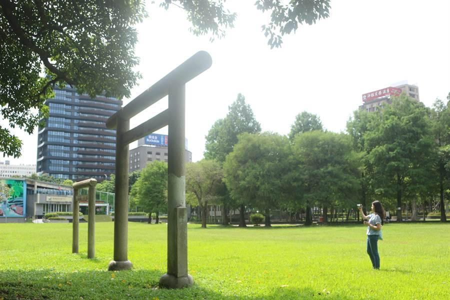 坐落在台北市中山北路、林森北路交叉口的林森、康樂公園內,保留日據時期鳥居的歷史文化遺跡。(台北市工務局提供/賴彥竹新北傳真)