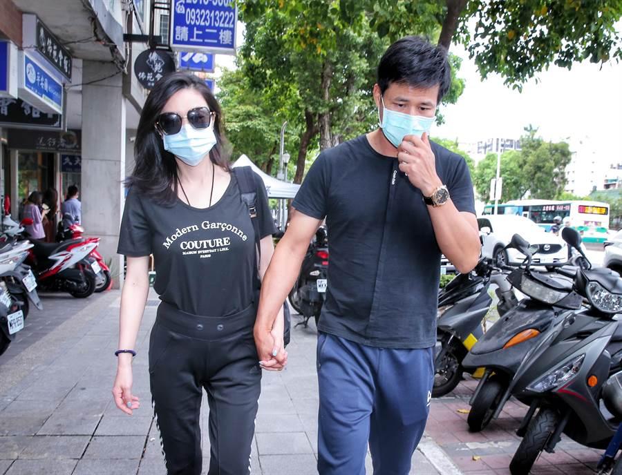 陳國華(右)與老婆前往靈堂致意(羅永銘攝)