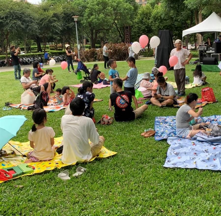 許多家長趁著假日帶小朋友一起來市集野餐,享受優閒的午後時光。(張睿廷攝)