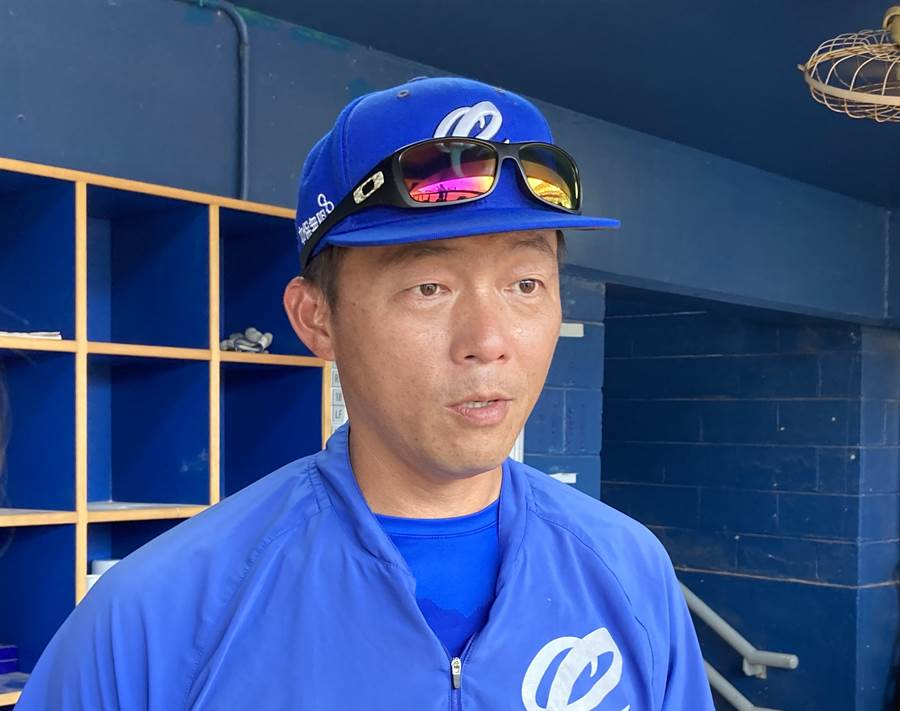 富邦悍將投手教練吳俊良與洋投索沙打賭,若索沙達成他將要請客咖啡。(鄧心瑜攝)