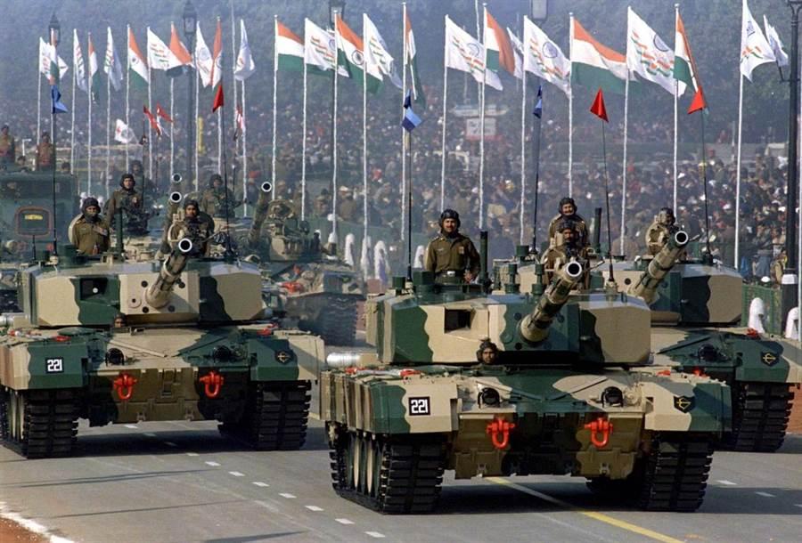 印度自製的阿瓊戰車,不過性能不佳,裝備率很差,印度陸軍仍以外購俄式戰車T-90T-90為主力。(圖/印度陸軍)
