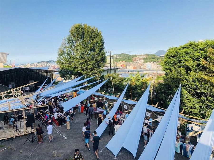 元智大學藝設系以藍色布海打造山海小市集,盼能呈現基隆海港城市的美學。(吳康瑋攝)