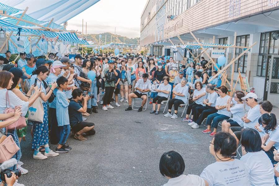 由基隆在地高齡長者組成的「樂齡舞蹈劇場工作坊」在元智藝設系打造的山海小市集中展現成果。(吳康瑋攝)
