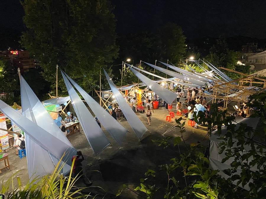 山海工作營現場聚集多達70家攤位,更有敲擊樂器的互動式體驗,以率性的節拍被隨著身體的律動,除展現山海的魅力,更有長輩們加入一起哼唱。(吳康瑋攝)