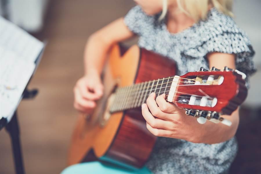 1名鮮肉女高中生被男同學邀請前往自家住處一同練吉他,卻慘遭脫褲子強暴。(示意圖/達志影像/Shutterstock提供)