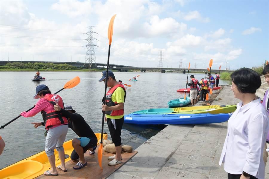 線西鄉公所連續3年舉辦獨木舟嘉年華」活動,打響慶安水道旖旎供風光。(吳敏菁攝)