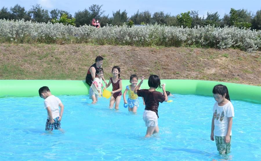 線西公所還搭起兒童歡樂戲水區、小朋友樂翻。(吳敏菁攝)