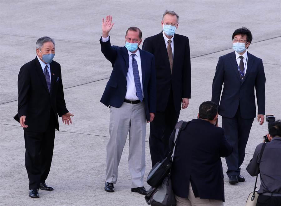 美國衛生部長阿札爾(左二)率團訪問台灣,專機於9日下午5時降落台北松山機場,美國在台協會(AIT)處長酈英傑(William Brent Christensen)(右二)、我國衛福部疾管署署長周志浩(右一)等人接機。(圖/黃世麒攝)