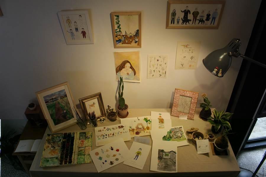 插畫家湯舒皮在手稿展中,還原自家工作桌樣貌,讓有志投向插畫創作的創作者能參考作畫工具。(王寶兒攝)