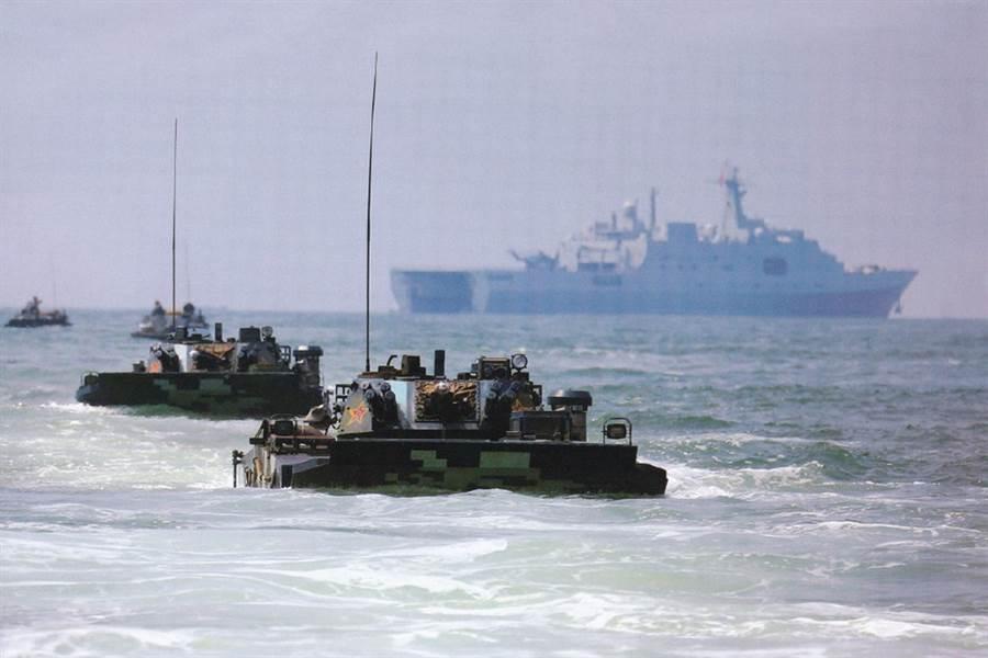2020年8月初解放軍在南海進行登陸作戰演習。(圖/央視截圖)