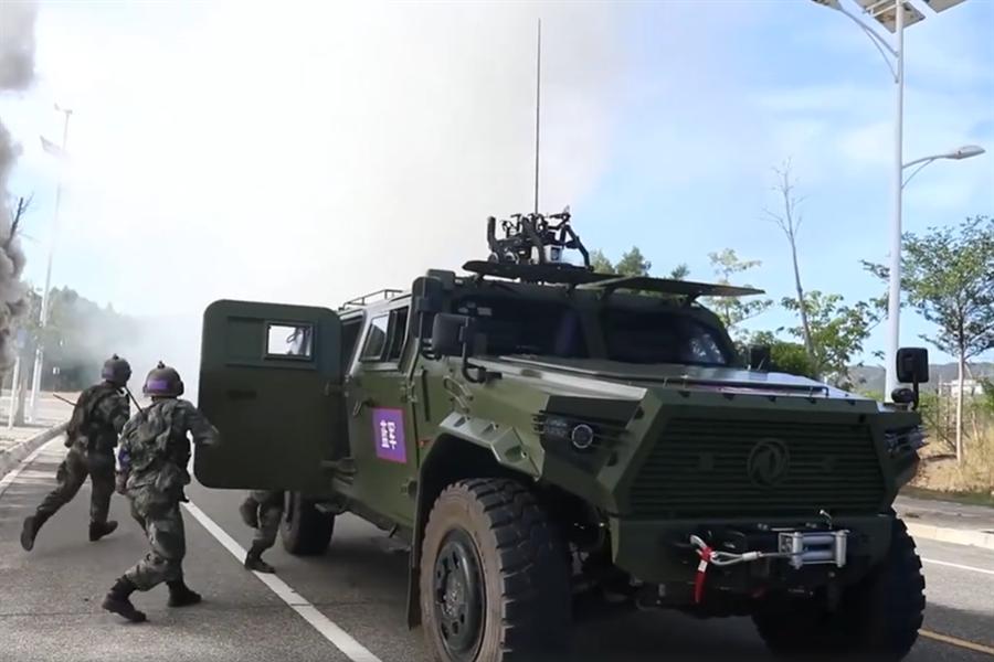 今年8月解放軍登陸士兵在搶灘後進行城市道路巷戰訓練。(圖/央視截圖)