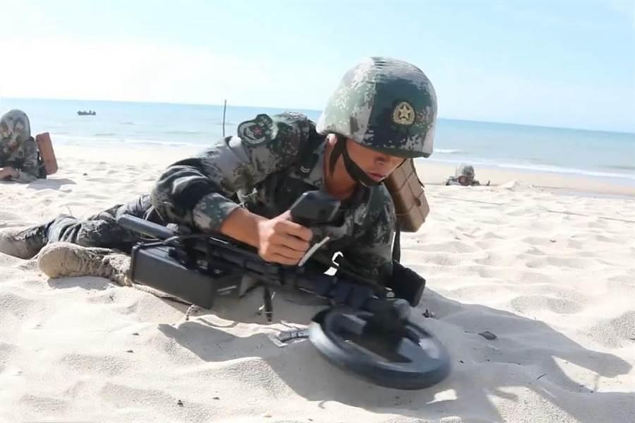 今年8月解放軍在南海搶灘登陸作戰訓練,圖為士兵搶灘後進行排雷。(圖/央視截圖)