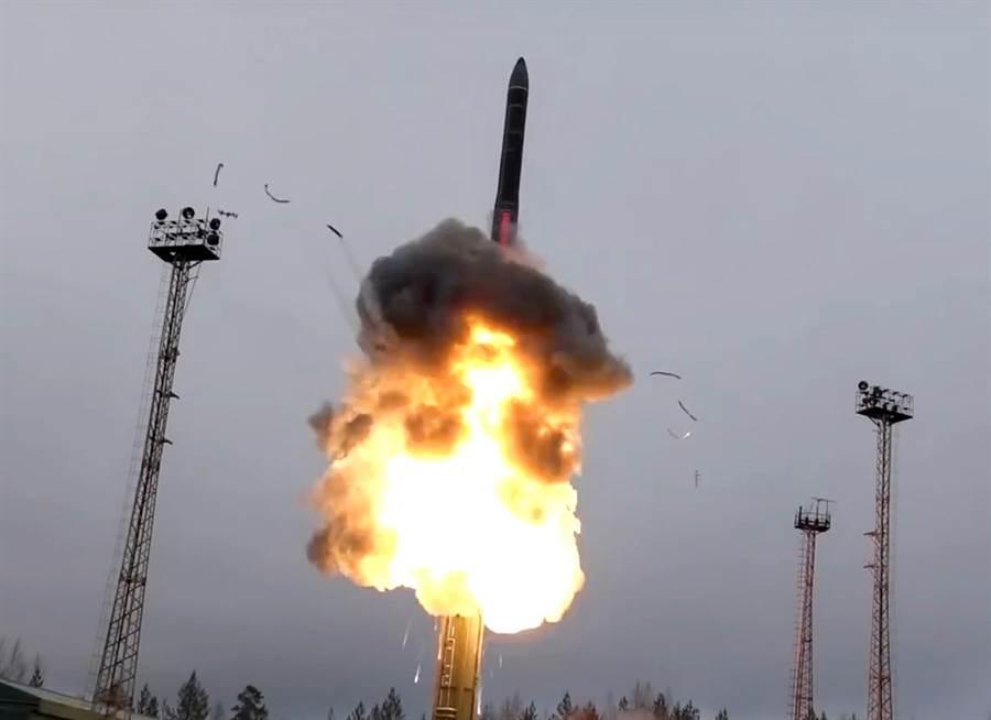 俄羅斯從車載系統發射洲際彈道飛彈。 (美聯社、俄羅斯國防部新聞處)