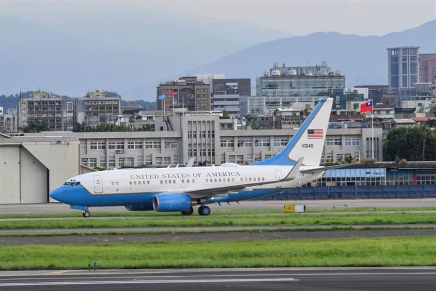 美國行政專機抵達松山機場,上一氺揹著美國國旗的飛機與中華民國國旗相遇,已是中美斷交前的事。(圖/美聯社)