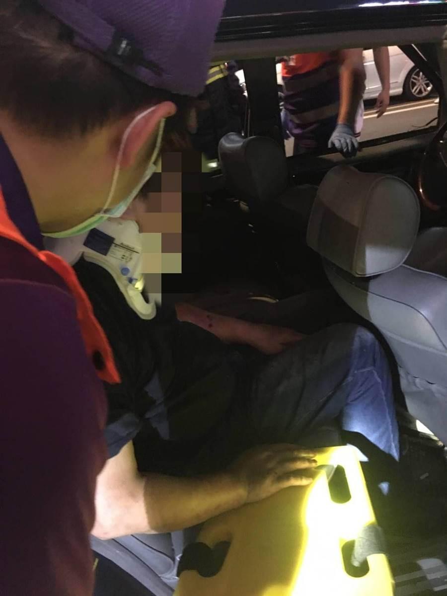桃園市保安警察大隊9日晚間盤查臨檢時,受檢車輛逃逸,與其他車輛發生車禍。(翻攝照片/賴佑維桃園傳真)