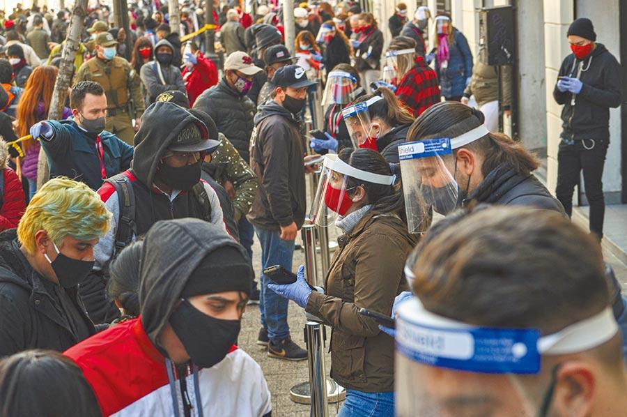 智利人搶領退休金圖╱美聯社