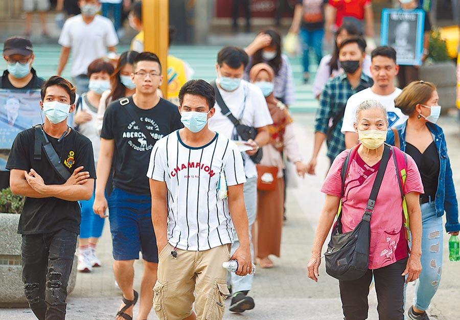 比利時工程師確診後,台灣口罩買氣旺,政府擬定擴大口罩徵收增加到8成1600萬片,因外國新冠疫情未歇,台北街頭民眾外出仍會佩戴口罩預防。(陳怡誠攝)