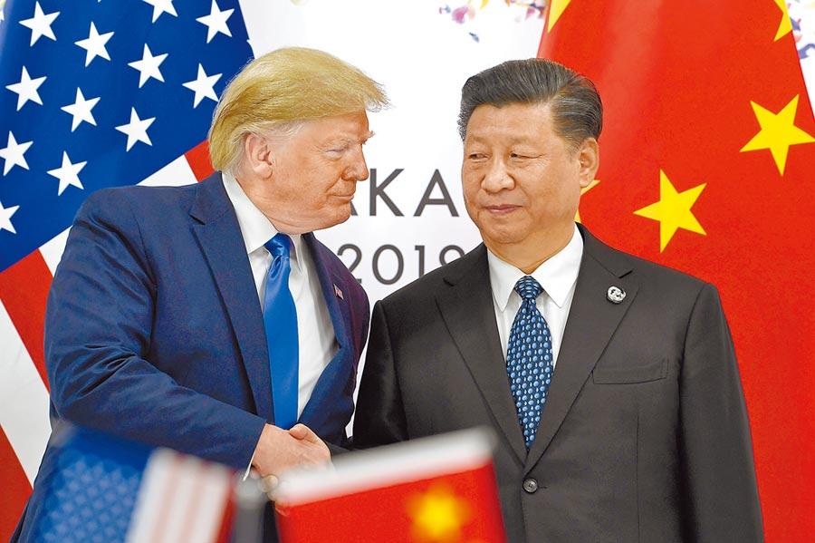 美陸關係從過去的合作、競爭,到如今陷入「新冷戰」。隨著美國大選逼近,美國總統川普(左)究竟會再丟出什麼球,極限施壓大陸國家主席習近平(右),各方都在看。(美聯社)