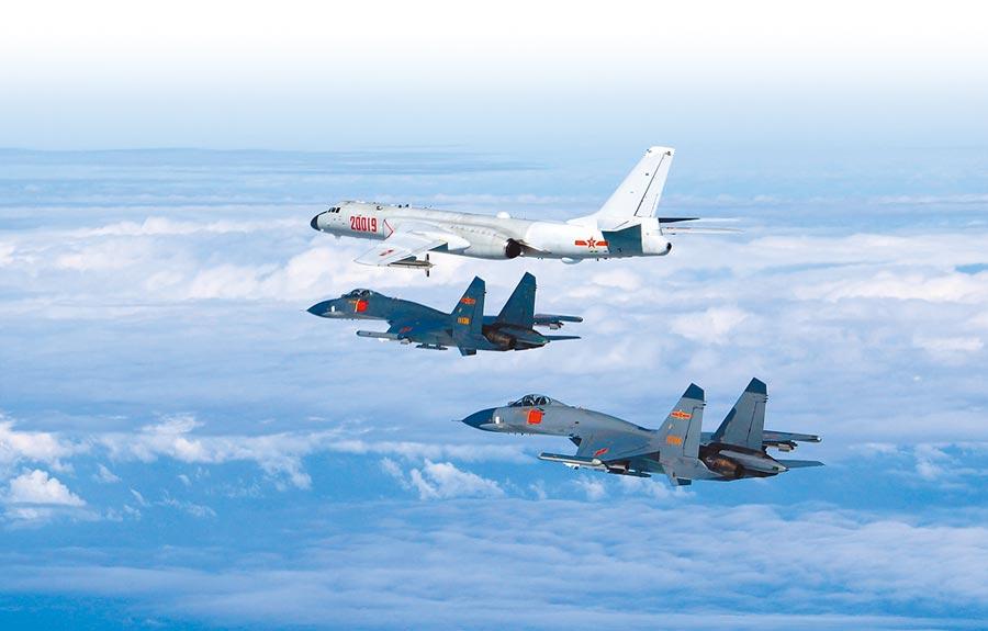 圖為解放軍空軍殲-11A戰機護航轟-6K執行遠海訓練任務。(中國軍網)