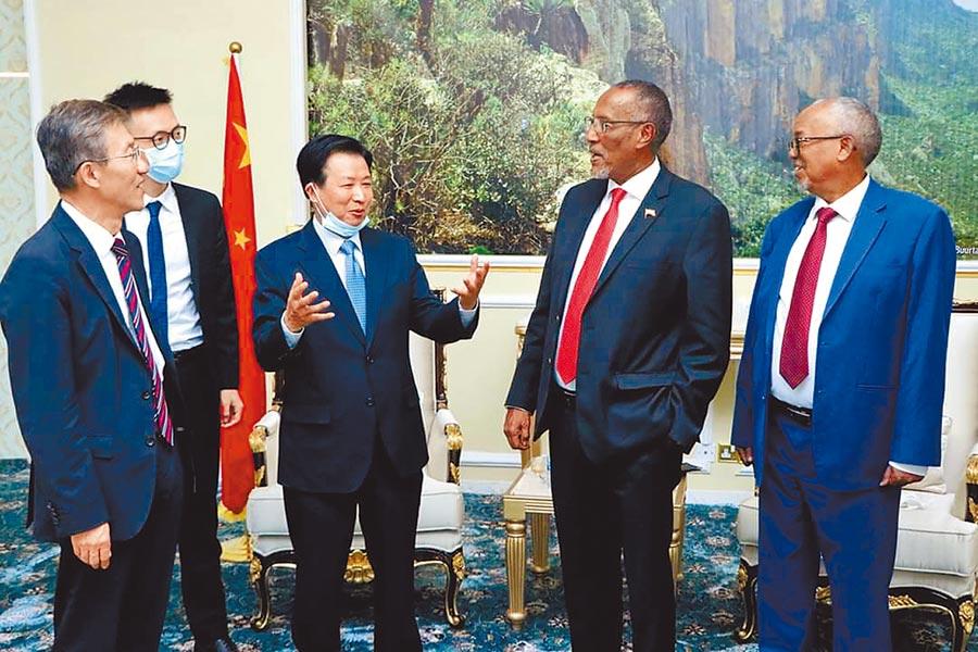 索馬利蘭外交部8日公布總統阿布迪(右二),與大陸外交部中非合作論壇事務大使周欲曉(左三)見面的照片。(摘自推特)