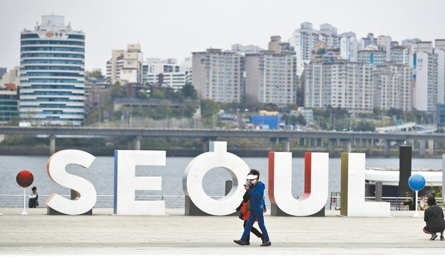 新冠肺炎疫情衝擊全球經濟,南韓頒布「韓版新政2+1」,推動經濟轉型。圖為疫情下的首爾。(美聯社)