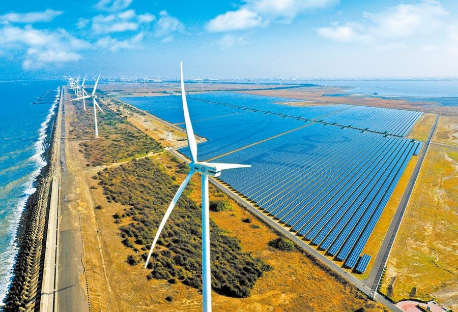 「彰濱雙綠能」太陽光電場暨風力發電場。(台電提供/中央社)