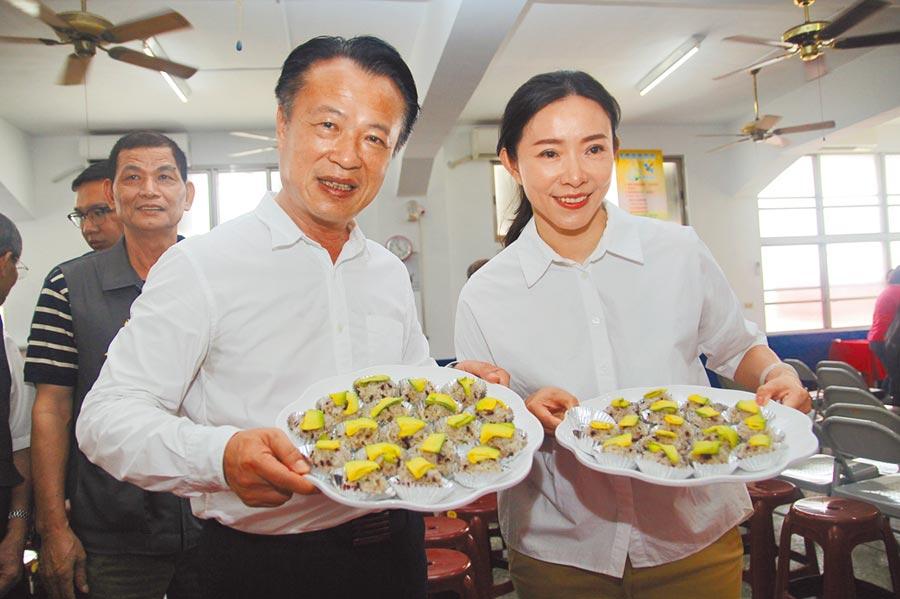嘉義縣長翁章梁(左)、竹崎鄉農會總幹事林孟怡推廣在地酪梨料理。(張毓翎攝)