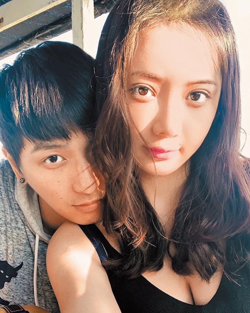 杨奇煜(左)昨父亲节宣布老婆怀4个月男宝。(摘自脸书)