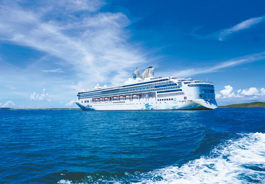 星夢郵輪「探索夢號」7月26日展開全球首艘國際郵輪復航之旅,8月至10月陸續載旅客大玩澎湖、金門、馬祖等離島遊程。(何書青攝)