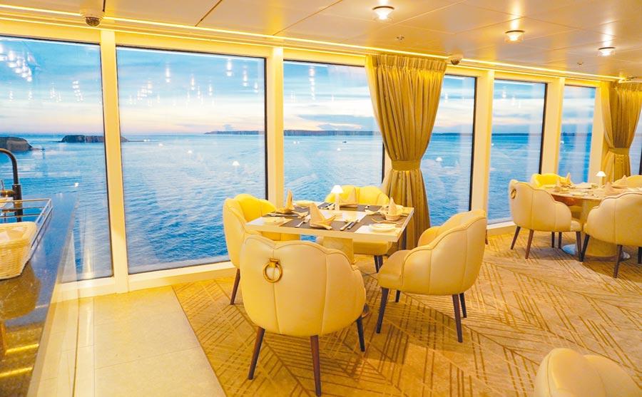 在探索夢號的餐廳用餐,可同時享受美食和美景。(何書青攝)