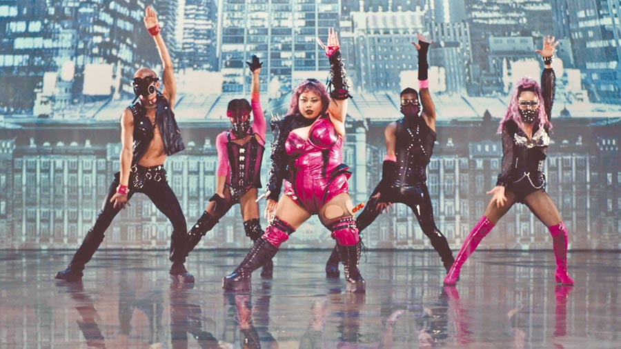 渡邊直美(右二)諧仿女神卡卡〈Rain On Me〉MV,逼真重現而又極盡搞笑。(摘自IG)