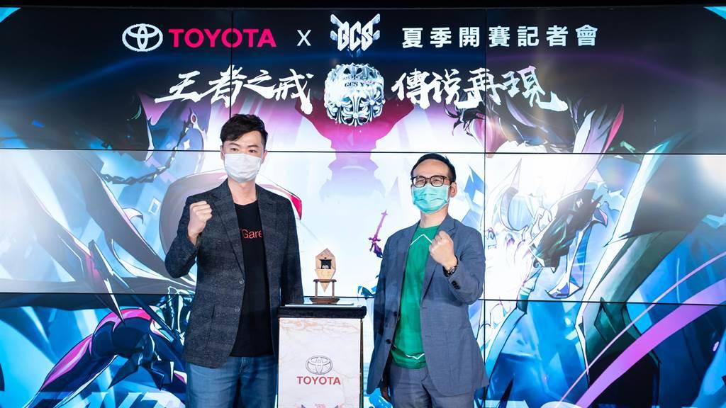 和泰汽車TOYOTA劉傳宏本部長(右)與傳說對決賽事負責人林文彥先生(左) 一同為2020 GCS夏季職業聯賽的合作揭開序幕