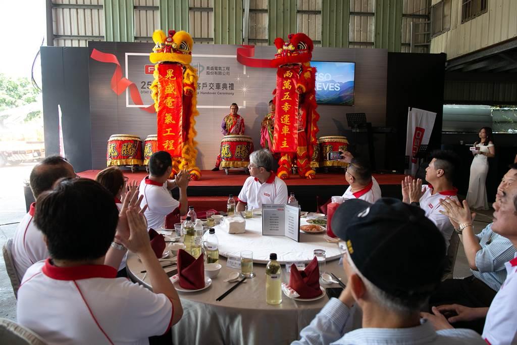 台灣戴姆勒亞洲商車第25,000台尊貴客戶慶祝活動以舞獅作為開場,鑼鼓喧天、普天同慶。