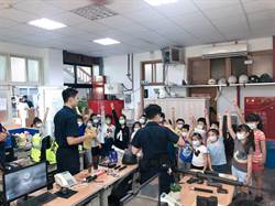 國小學童訪警所 坐警車、戴盾牌開心體驗