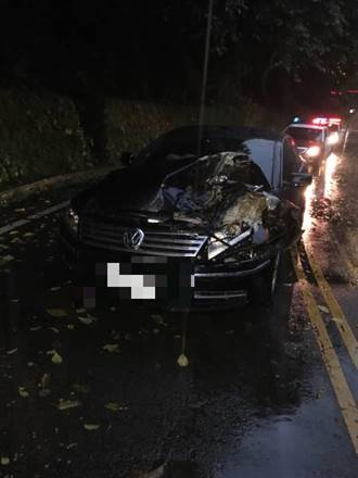 桃園大雨巨大落石擊中自小客 駕駛嚇呆女乘客受傷送醫