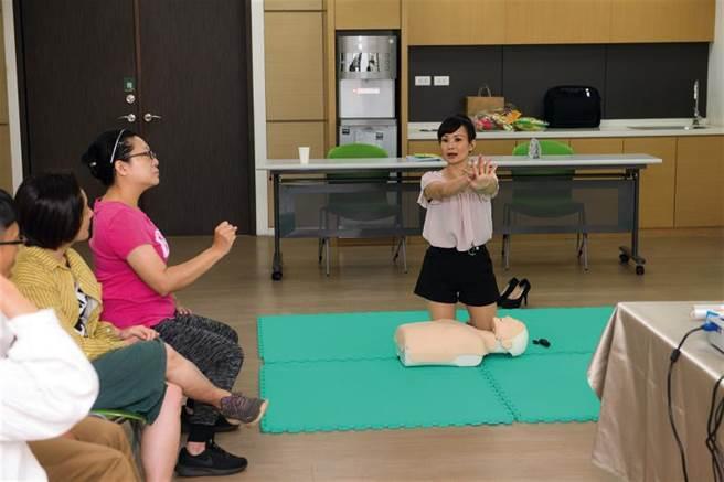 國合會提供海外志工 行前訓練,圖為老師教導志工心肺復甦術。(莊坤儒攝)
