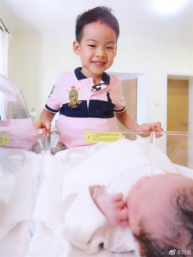 前大陸體操女皇劉璇10日生下女兒,兒子在旁觀看剛出生的妹妹。(取自劉璇微博)