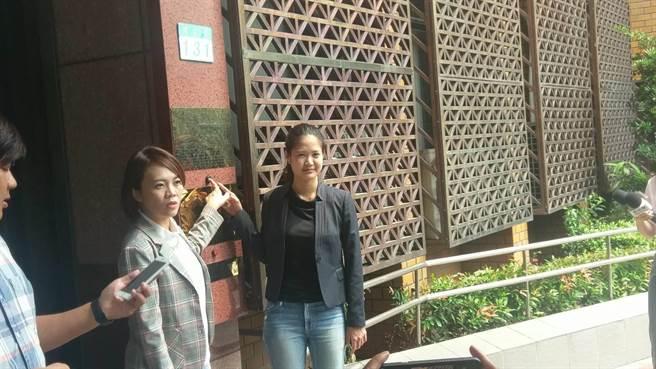 台北市議員林亮君(左)、簡舒培2人10日下午到台北地檢署控告台北市長柯文哲圖利。(陳志賢攝)