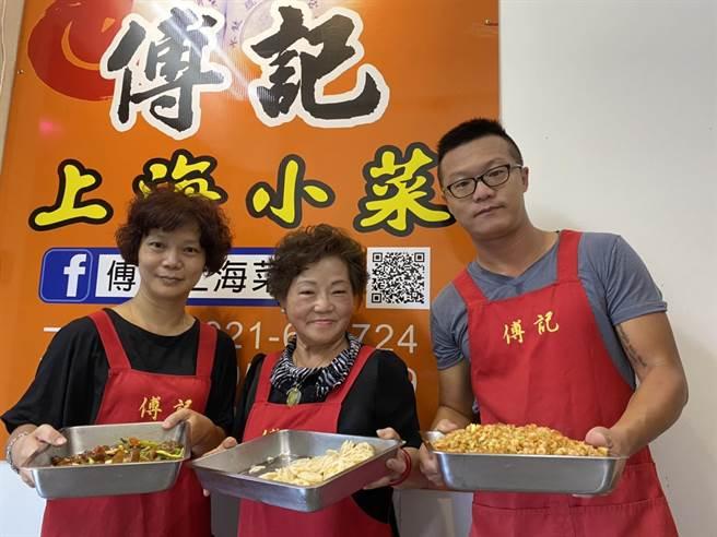 傅雲鳳(中)一對兒女:俞曉翔、俞俊萍陸續返鄉加入「傅記」經營團隊。(馮惠宜攝)