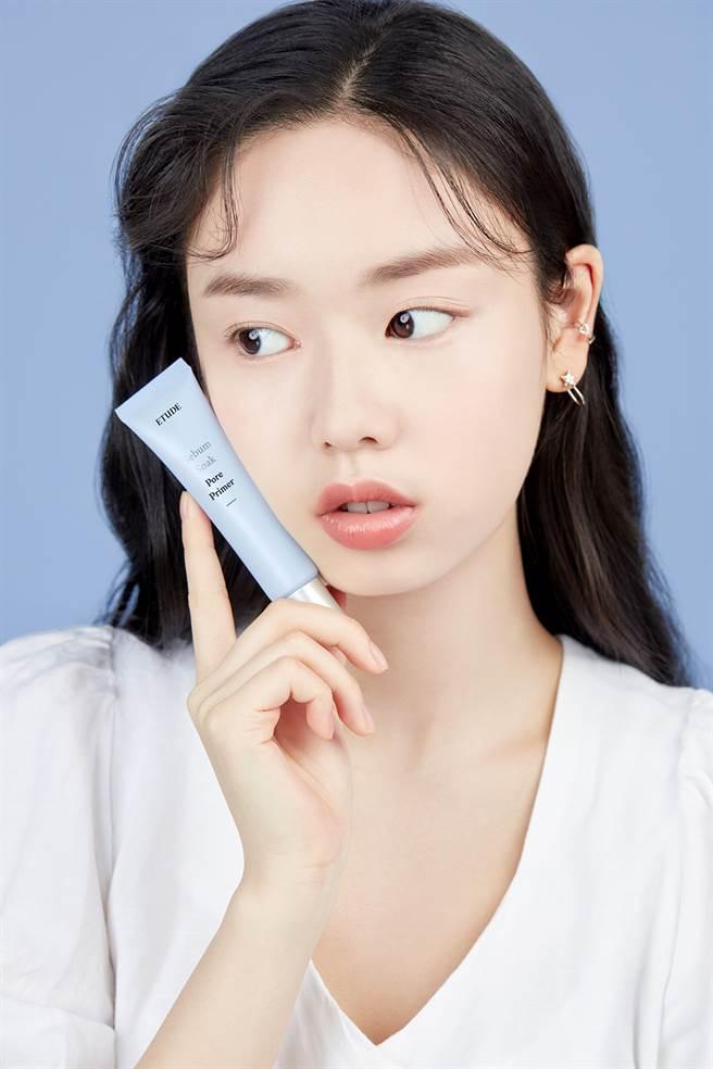 零孔慌妆前修饰凝露可保湿肌底、修饰毛孔与肌肤不平整处。(图/品牌提供)