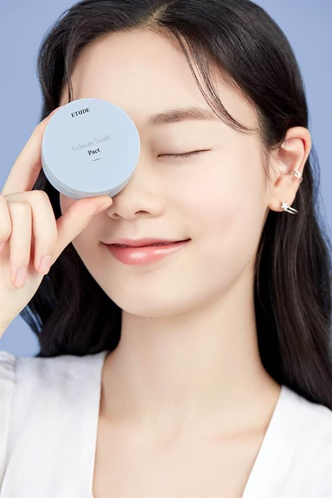零孔慌持久控油蜜粉饼是矿物性粉末,有效吸附脸部多余油脂,协助肌肤达到油水平衡。(图/品牌提供)