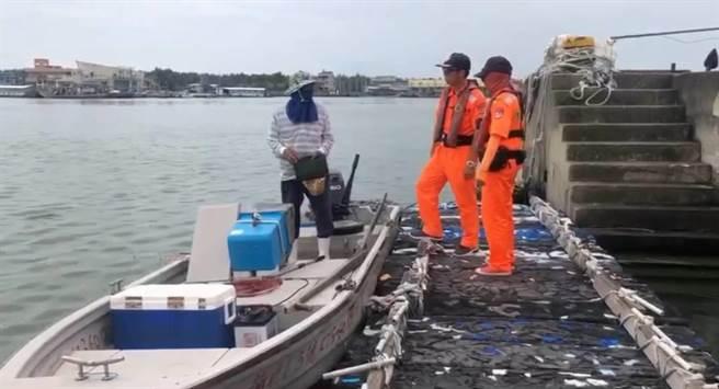 海巡人員勸導漁民颱風天勿出港。(海巡署中部分署提供/張毓翎嘉義傳真)