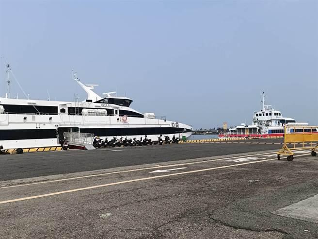 11日從嘉義縣布袋商港往返澎湖的客貨輪,配合嘉義縣政府公告取消管制時段內的航班。(張毓翎攝)