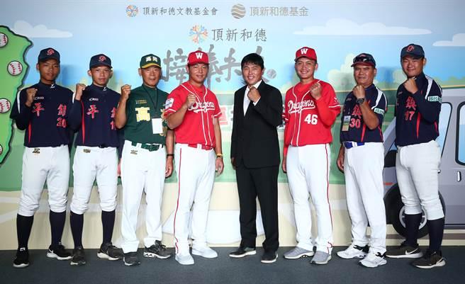 味全龍隊黃柏豪(左4)相當期待明年上一軍。(頂新和德文教基金會提供)