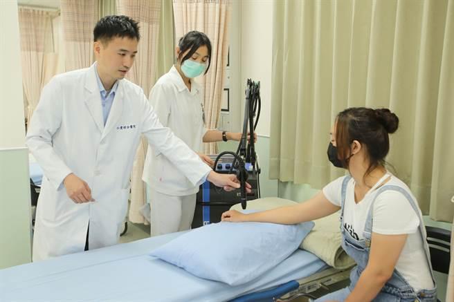 大里仁爱医院疼痛治疗中心10日开幕,疼痛治疗中心主任李宗洋,介绍雷射光治疗疼痛设备。(黄国峰摄)