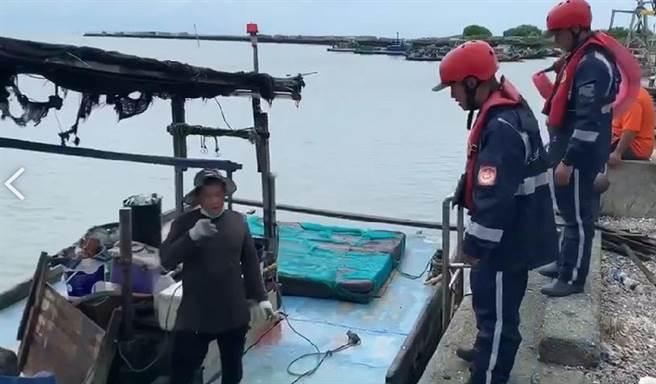 米克拉颱風逼近,雲林縣沿海漁民加強防颱,海巡人員勸導勿冒險出海。(海巡署提供/張朝欣雲林傳真)