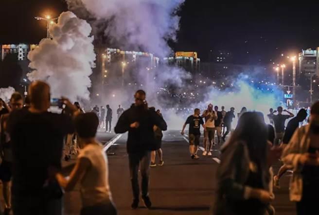 白羅斯群眾在明斯克抗爭。(圖/俄星網)