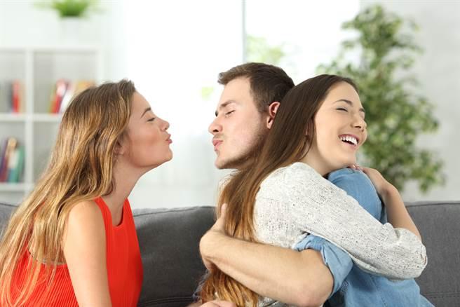 男友与自己分手后,竟然「无缝接轨」,立即和自己姊姊交往,让女网友痛苦5年仍无法释怀。(示意图/Shutterstock提供)