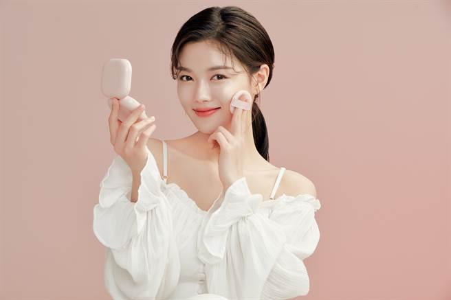 金裕贞使用「光感宝宝粉」打造光泽底妆。(图/品牌提供)