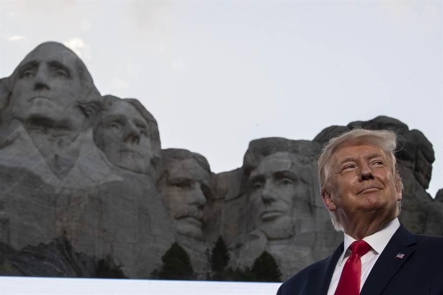 川普想要自己的頭像能雕刻在被稱為「總統山」的拉什莫爾山上,與4位最受尊敬的前美國總統並列。南達科他州女州長諾姆最後送了川普一座1.3公尺高的複製紀念品,上面增加了川普的頭像。(圖/美聯社)